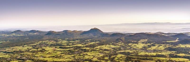 """Le plateau des Dômes sur lequel sont venus """" s'installer """" les volcans de la Chaîne des Puys ©Gérard Fayet"""